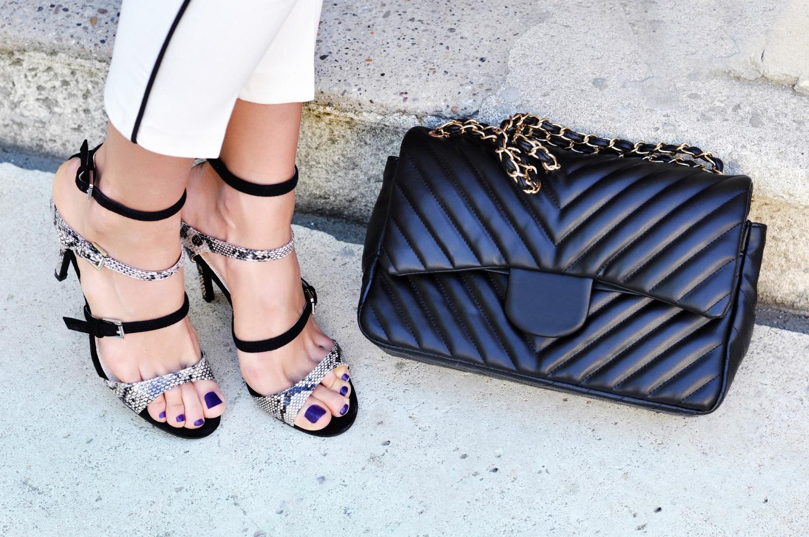 Сандалите на лято 2019 се характеризират предимно с едно нещо - много изчистен дизайн откъм тънки каишки в различни подредби.Цветът е по ваше желание, токът - предимно среден към нисък.