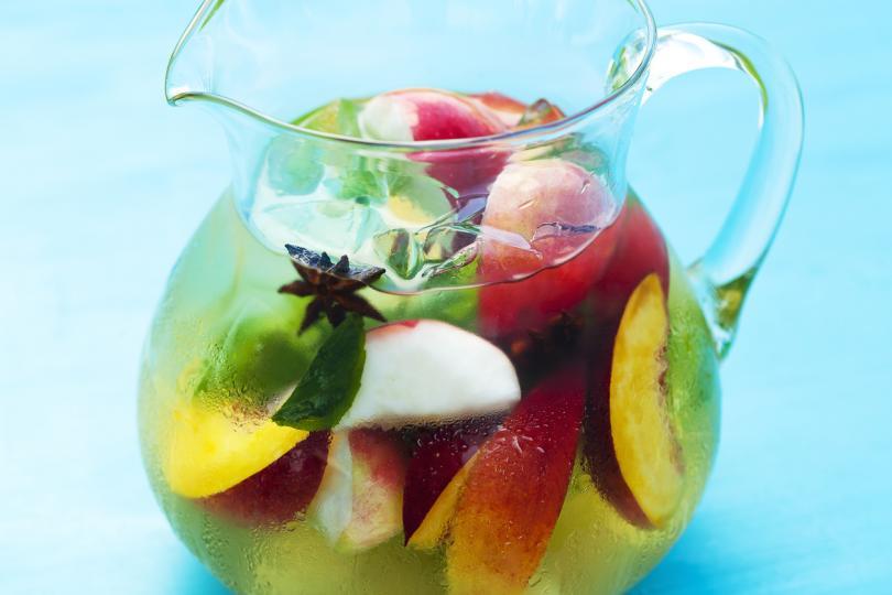 <p>Идеалният коктейл за топла вечер, споделена с приятели.<br /> <br /> <strong>Необходимите съставки са:</strong> бяло вино, газирана вода, 1 канелена пръчица, 2 праскови, шепа ягоди или малини, няколко кайсии. Комбинирайте виното с газирана вода и добавете нарязаните плодове, канелата и няколко кубчета лед.<br /> <br /> <strong>Безалкохолен вариант:</strong> заместете виното с повече газирана вода.</p>