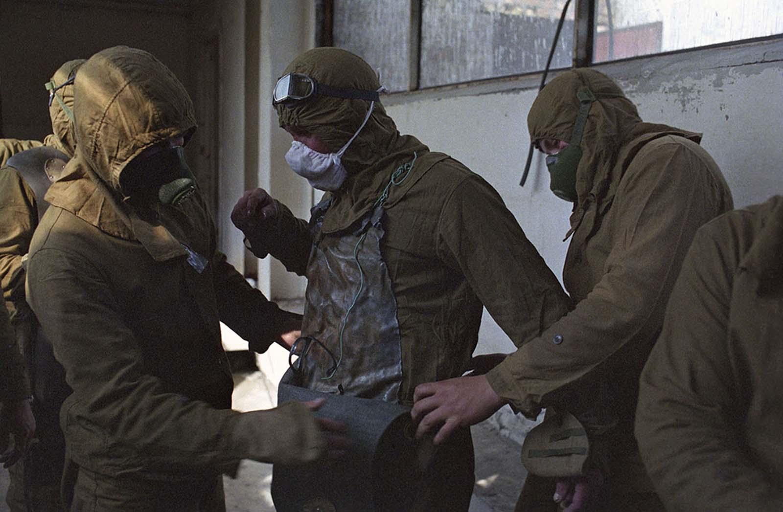 Ликвидаторите, разчистващи радиоактивните отпадъци, най-често били на възраст между 35 и 40 г.