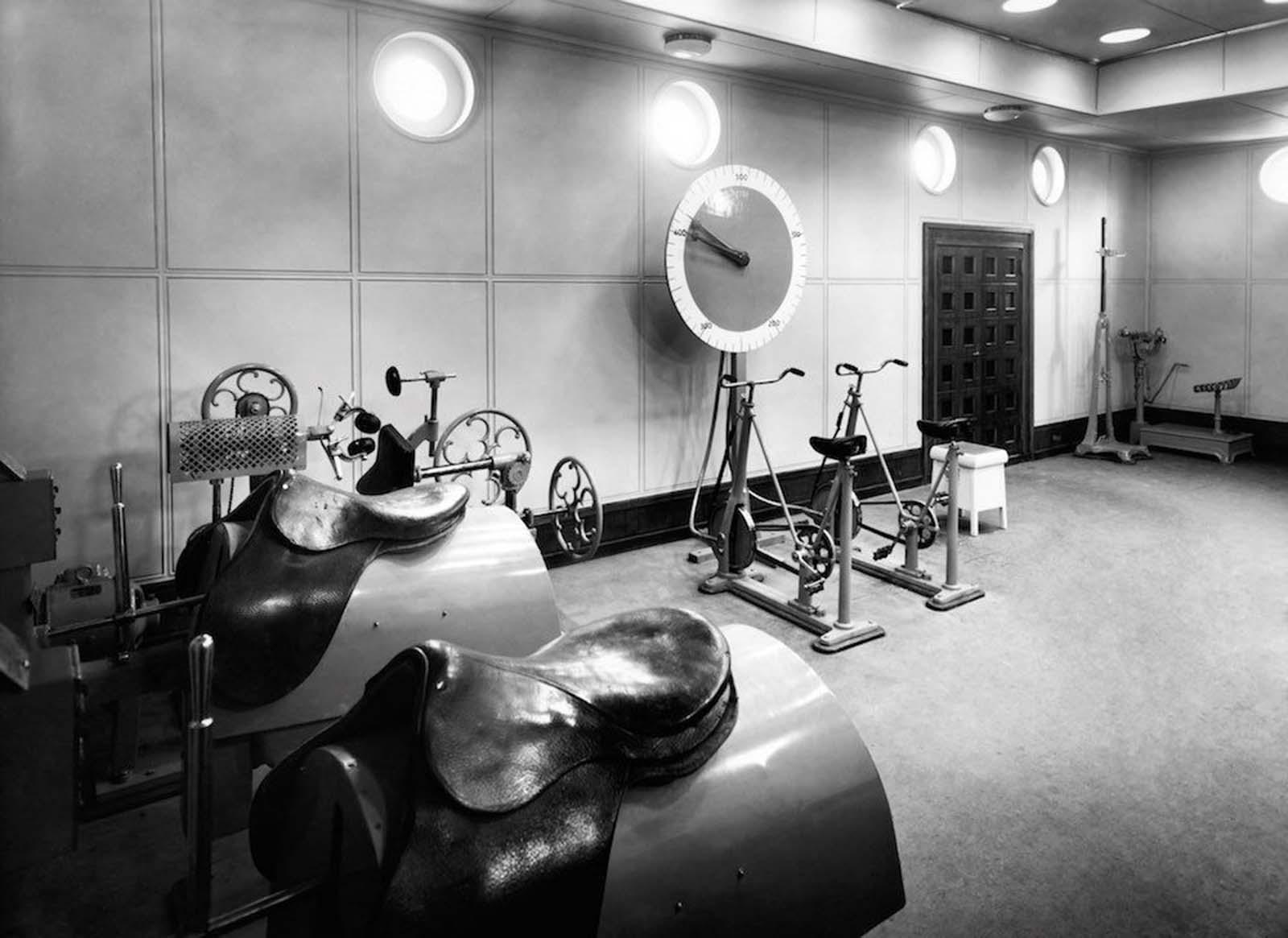 """1931: Първокласният фитнес на борда на """"Вулкания""""."""