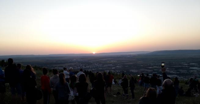 Десетки младежи се събраха нашуменското плато, за да посрещнатпървото юлско
