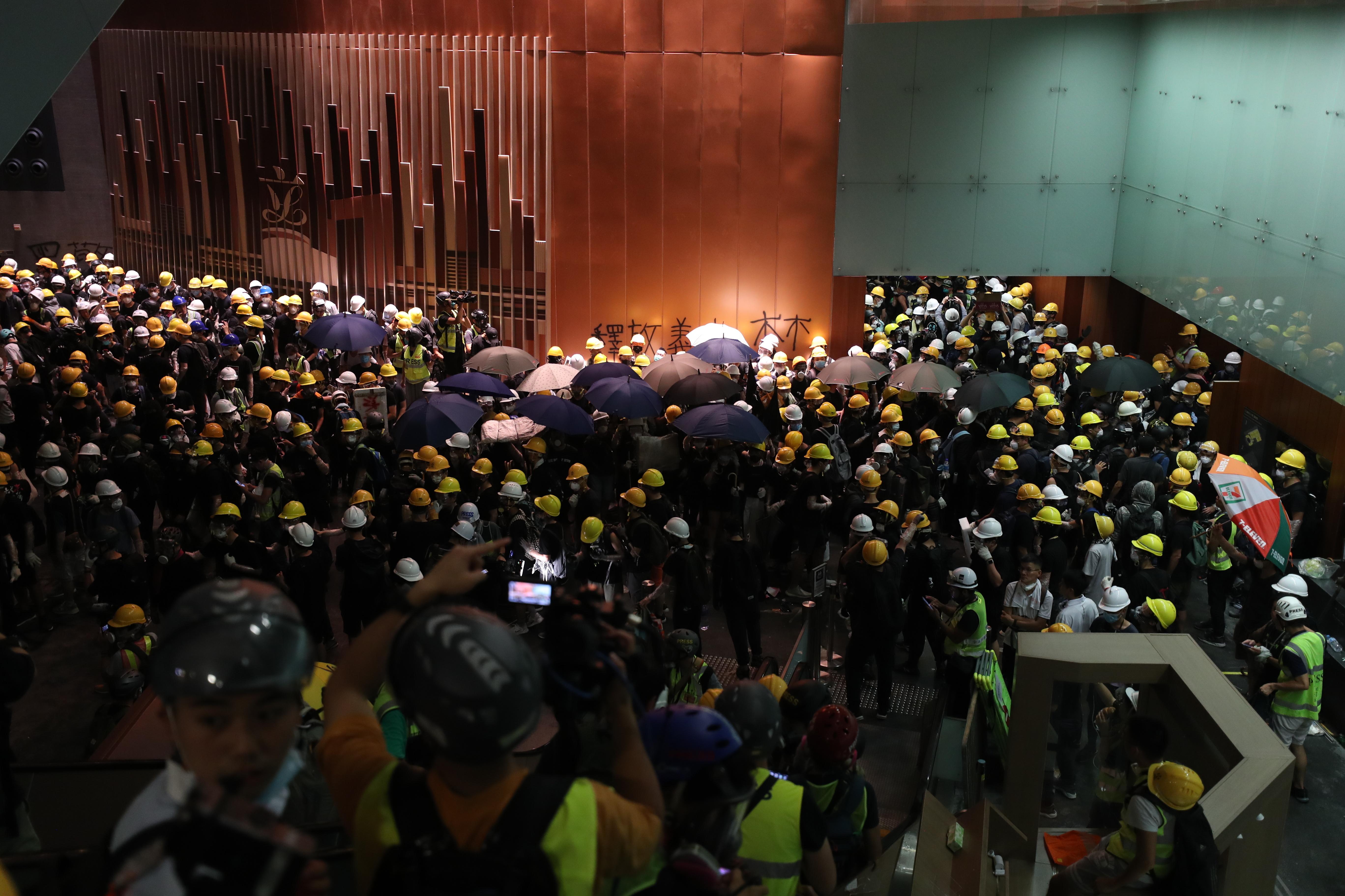 Демонстранти срещу пропекинското правителство нахлуха в сградата на парламента в полуавтономната територия Хонконг в понеделник вечерта и развяха знамето от епохата на британския колониализъм, след като щурмуваха зданието в деня на годишнината от връщането на територията на Китай.