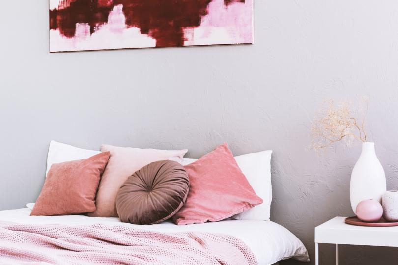<p><strong>СПАЛНЯ</strong></p>  <p>Спалнята е място за отдих. Произведенията на изкуството, които изберете да поставите там, трябва да отразяват това. Най-доброто място&nbsp;е точно над леглото или на стената срещу него. Изберете абстрактни изображения в успокояващи пастелни тонове с тънки, едва забележими рамки.&nbsp;</p>