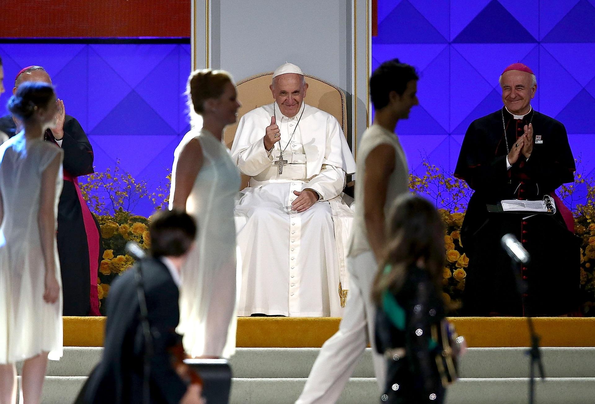 """Папа Франциск<br /> <br /> Роденият в Аржентина глава на Римокатолическата църква обожавал да танцува танго на младини. """"Много го харесвам. Това е нещо, което и идва от вътре"""", пише Хорхе Марио Берголио в своя книга преди да бъде избран за папа. В негова чест на 78-ия му рожден ден хиляди хора танцуваха танго на площад """"Свети Петър"""" във Ваикана."""
