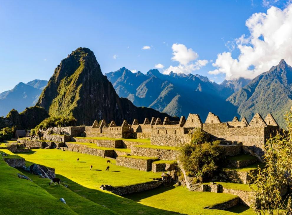 Построени по времето на империята на инките през 15-и в., големите стени, дворци, храмове и домове в Мачу Пикчу се намират на 2430 м надморска височина в Андите, откъдето има изглед към долина, на 500 км югоизточно от Лима. Остава загадка как големите камъни са били транспортирани на такава надморска височина, за да бъде построен отдалеченият град.