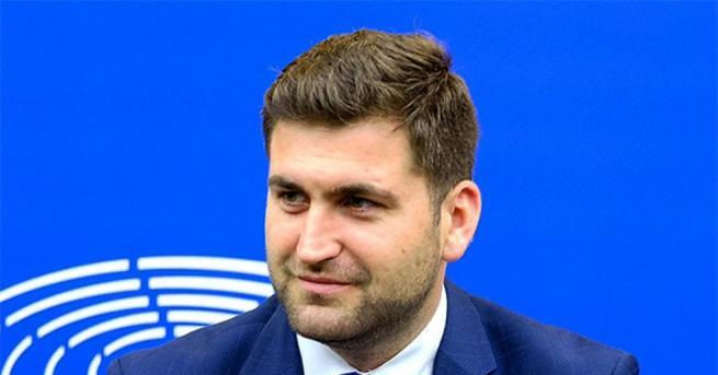 С остър коментар на критиките и заплахите на Радан Кънев