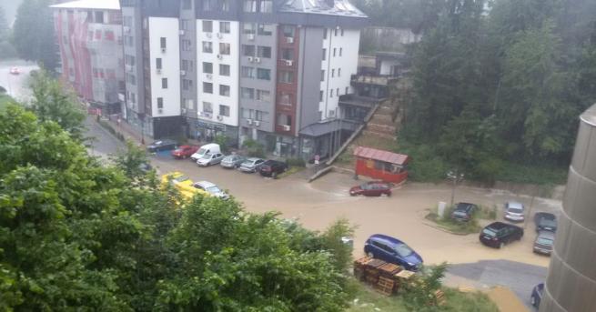 Гръмотевична буря, придружена с градушка, наводни улиците в Смолян. Адриан