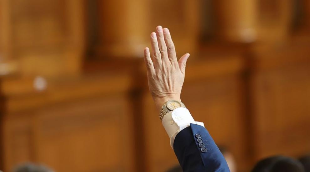 Обрат в парламента: Партийната субсидия става 8 лева