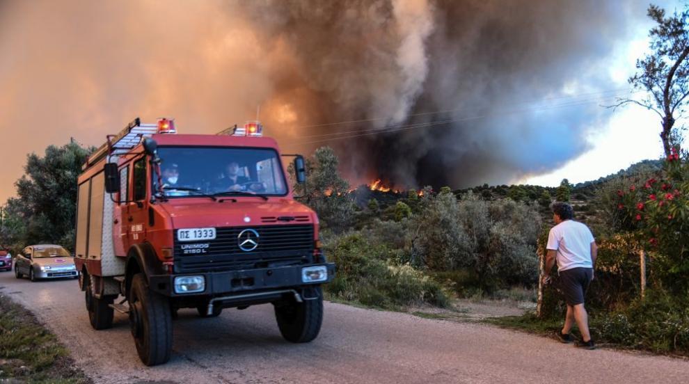 Над 160 огнеборци гасят пожар край Лутраки