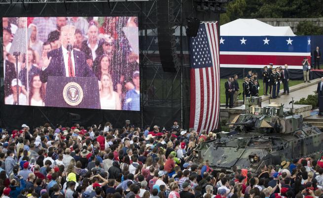 Тръмп между танкове, вдъхновен от парада за Деня на Бастилията