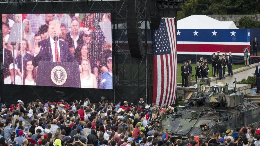 <p>Тръмп между танкове, вдъхновен от парада за Деня&nbsp;на Бастилията</p>