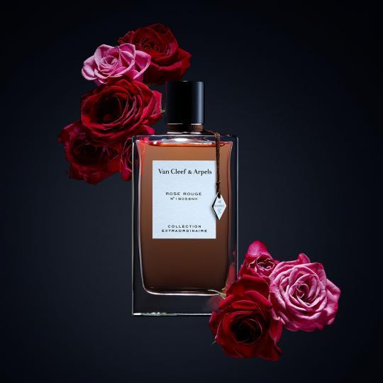 """<p><b>Van Cleef &amp; Arpels Rose Rouge N&deg;19058NH</b></p>  <p>Тук кралицата на цветята е преоткрита и подчертана. Rose Rouge дръзва да открие нова област за олфактивно изразяване. Във връхните нотки заледена въздишка от розов пипер ни отвежда към флоралния букет от турска роза и Rose Essential&trade; в сърцето. Абсолют от бургундски касис<a name=""""_GoBack1""""></a> прибавя своя кисел и деликатно сладък аромат. Ветивер и пачули постепенно надделяват в това флорално изобилие, за да придадат на розата своята величествена елегантност. Щипка от горчиво какао се среща с пачули и разстила върху кожата преди да потъне в уханието на мускус.</p>"""