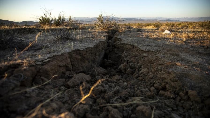 Огромни пукнатини в земята се образуваха от труса на 4 юли