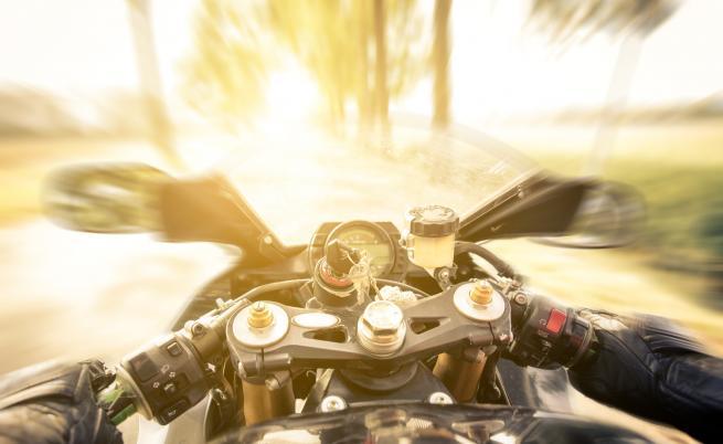 Мотоциклетист загина при катастрофа с лека кола