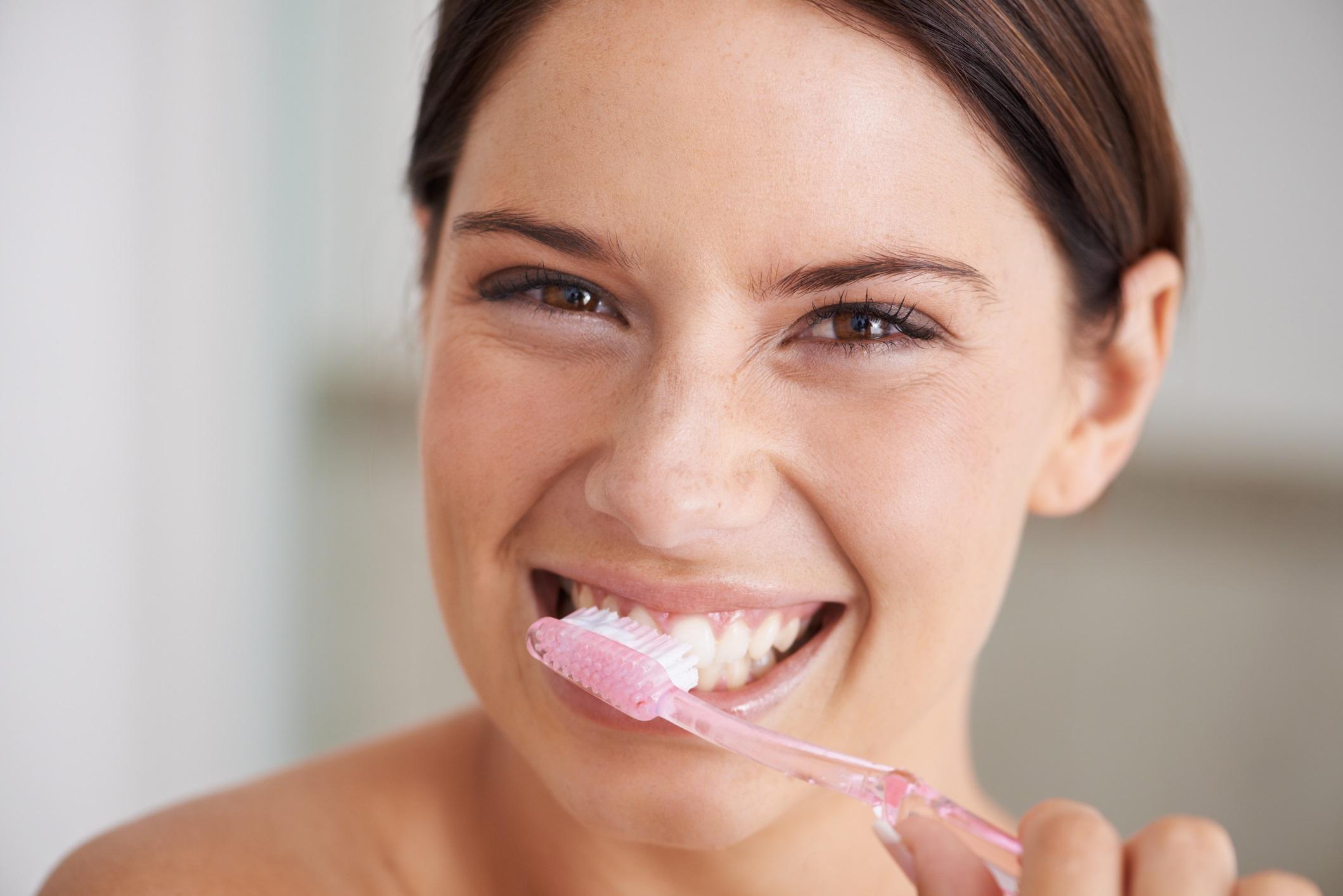 <p>Не мийте зъбите си веднага след ядене<br /> <br /> Хапнали сте чесново хлебче, а имате среща след 5 минути, какво да правите? Измивате си зъбите. Въпреки, че може да изглежда като добра идея &ndash; не е, защото всъщност това уврежда зъбния ви емайл. Според изследователите не е хубаво да миете зъбите си след прием на кисели храни и напитки, по-добре ги мийте преди хранене или изчакайте поне 30 мин. след това.</p>