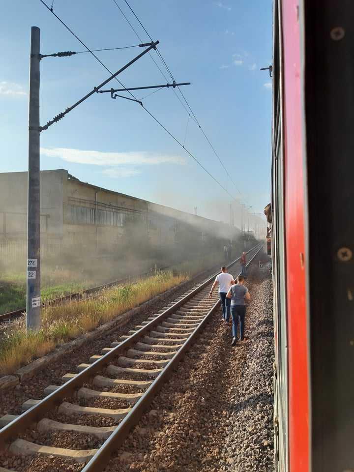 """Движението на бързия влак Ямбол – Бургас бе спряно днес заради задимяване. Инцидентът е станал в участъка между гарите """"Дружба"""" и """"Долно езеро"""" в посока Бургас."""