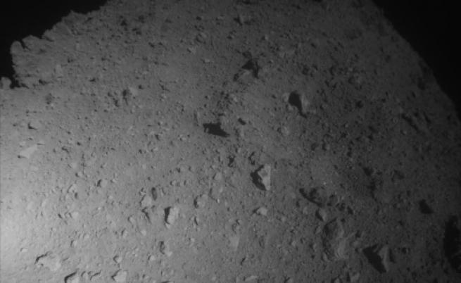 Японски космически апарат кацна върху астероид