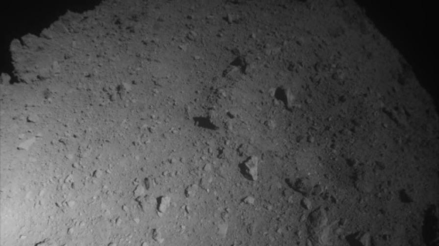 Кадър от апарата Hayabusa2 по време на снижаването му към астероида Ryugu