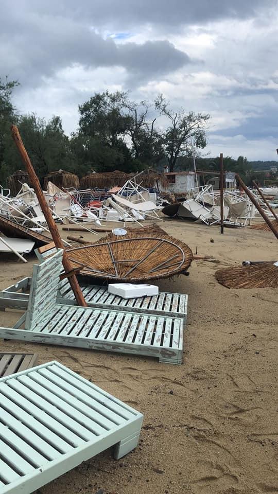 Силна буря в Халкидики, шестима загинали. Силният вятър изкоренил дървета и отнесъл покриви. Плажовете са с разхвърляни чадъри.