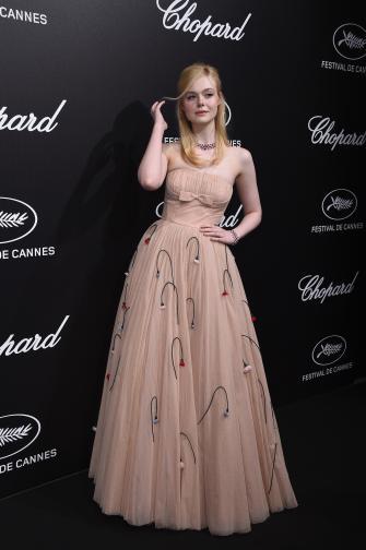 """<p>Ел Фанинг - 21-годишната актриса колабира на вечеря за приза """"Шопар"""" в Кан тази година. Причината - роклята й била прекалено тясна.Фанинг постна послание, придружено от снимка, в Инстаграм, уверявайки, че се чувства добре въпреки онова, което е нарекла припадък заради прилепналата към тялото й рокля """"Прада"""".</p>"""