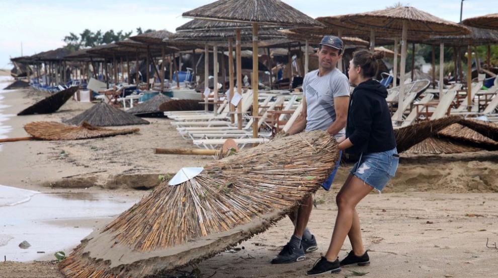 Разчистват щетите в района на Халкидики след бурята (ВИДЕО)