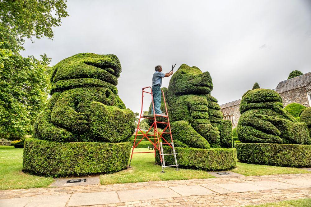 Главният градинар на Hall Place and Gardens в БекслиКрис Райли се пенсионира преди 5 години, но се връща веднъж годишно като доброволец, за да подстригва известните кралски топиари, засадени през 1953 г. По този начин той отбелязва годишнината откоронацията на кралицаЕлизабет II.