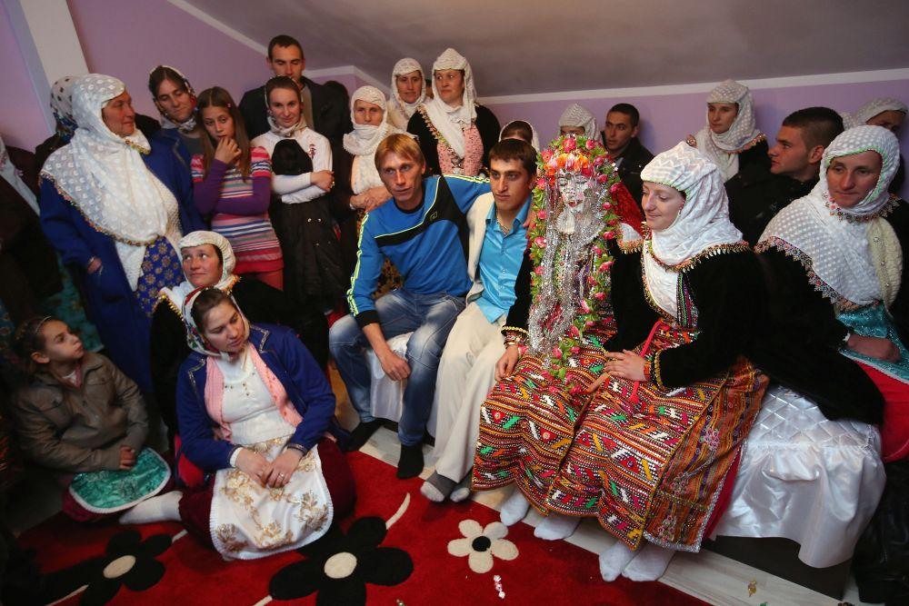 Младоженците са заедно със своите близки.