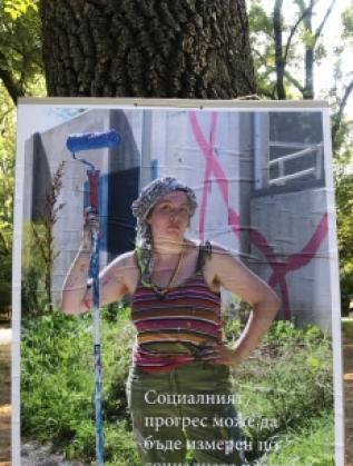 На различни локации в Пловдив хората могат да видят посланието на българските жени, които са пресъздадени като постери.