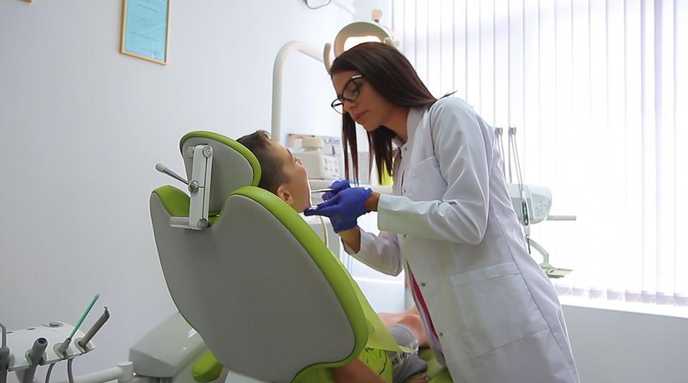 Млада зъболекарка лекува безплатно (СНИМКИ/ВИДЕО)