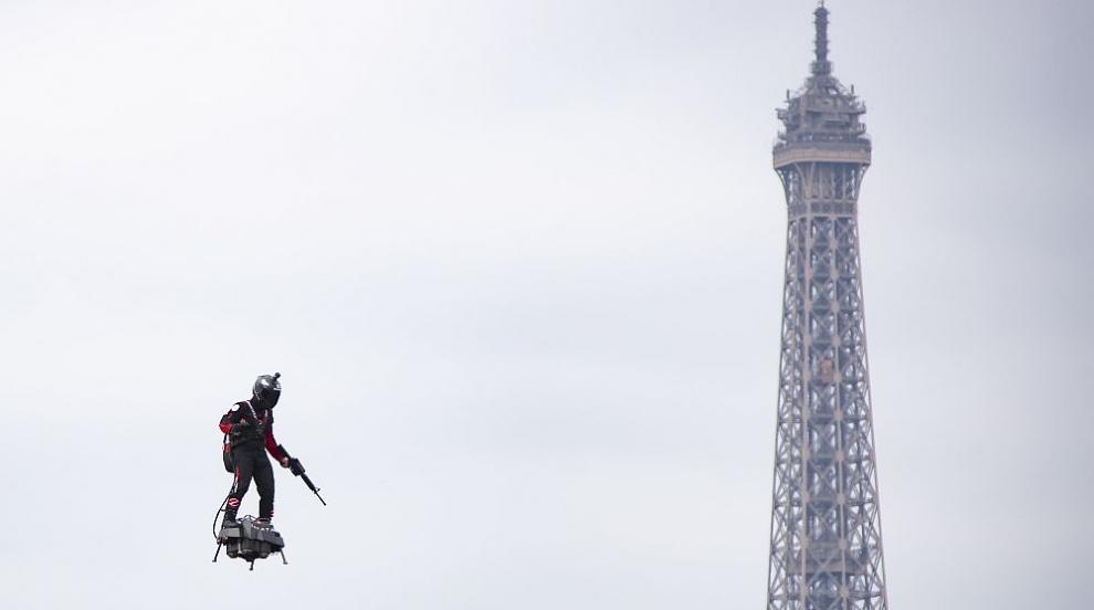 Впечатляващ военен парад в Париж - летящи войници, роботи и дронове (СНИМКИ)