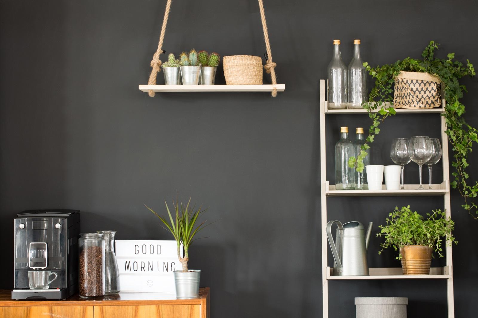 <p>За да не прекалите с декорациите, изберете малки, но стилни украшения, които да сложите в ъглите на кухненските рафтове. Целта е те да допълват атмосферата, а не да я запълват. Изберете стикери и снимки със забавни и вдъхновяващи надписи, за да се усмихвате всяка сутрин още преди да сте изпили&nbsp;кафето си!</p>