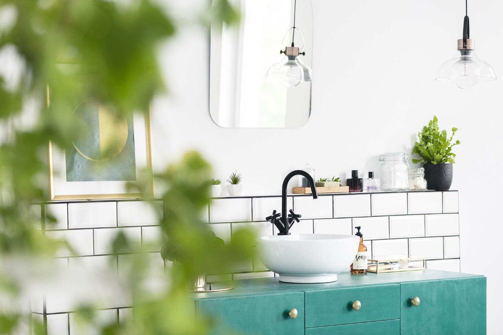 <p>Ако е сравнително тясно помещение, наблегнете на малките, но закачливи предмети&nbsp;в ярки цветове. Ако сте от късметлиите, които имат голяма и просторна баня, заложете на спа декор в успокояващи пастелни тонове.</p>