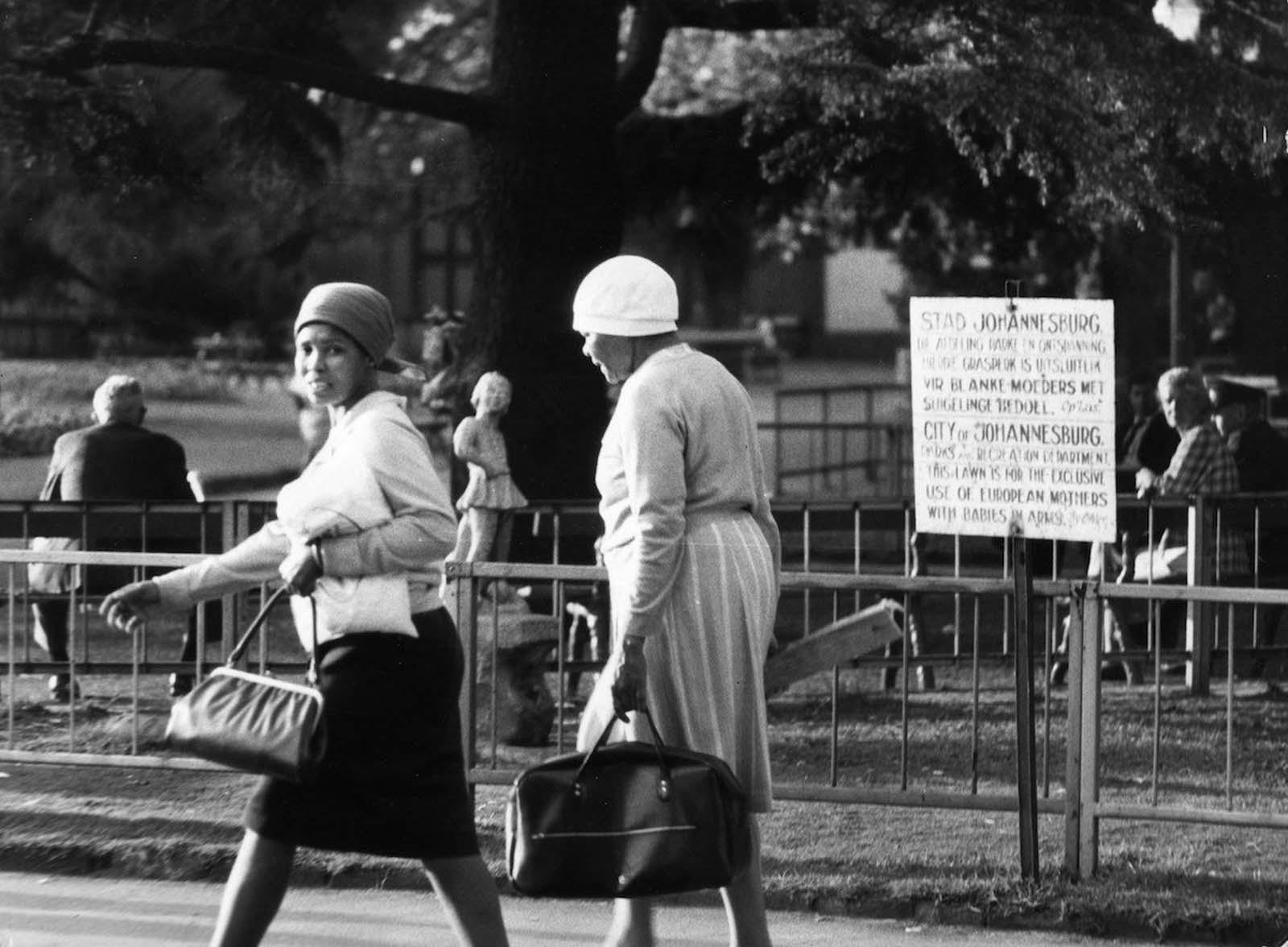 <p>1971, Йоханесбург: Място в парка, отделено само за европейски жени с бебета.</p>