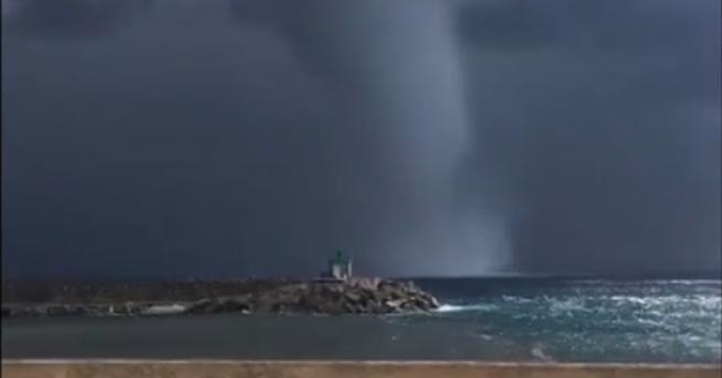 Свят Чудовищно торнадо в Средиземно море Огромната водна фуния премина