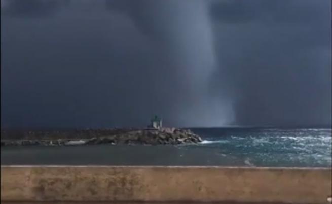 Чудовищно торнадо в Средиземно море