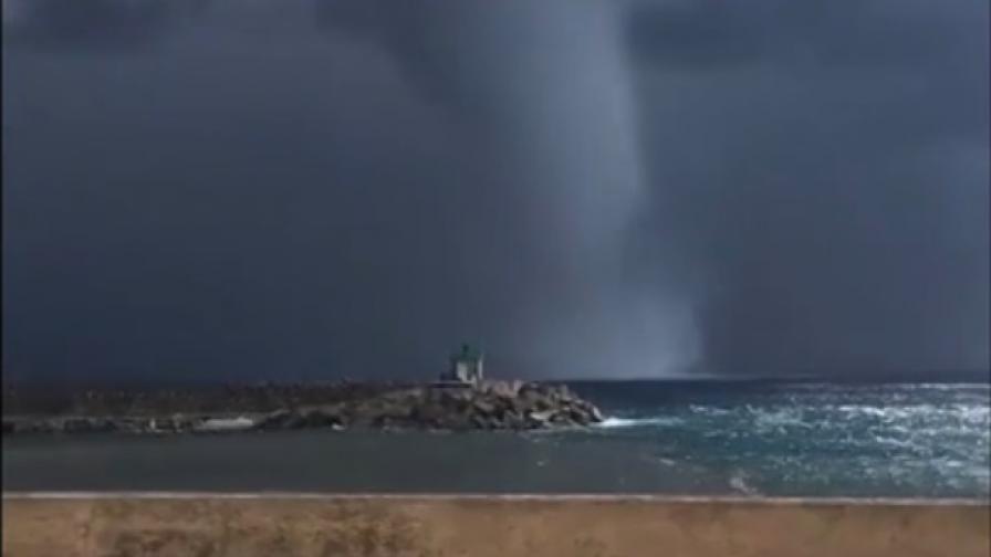 <p>Чудовищно торнадо в Средиземно море</p>