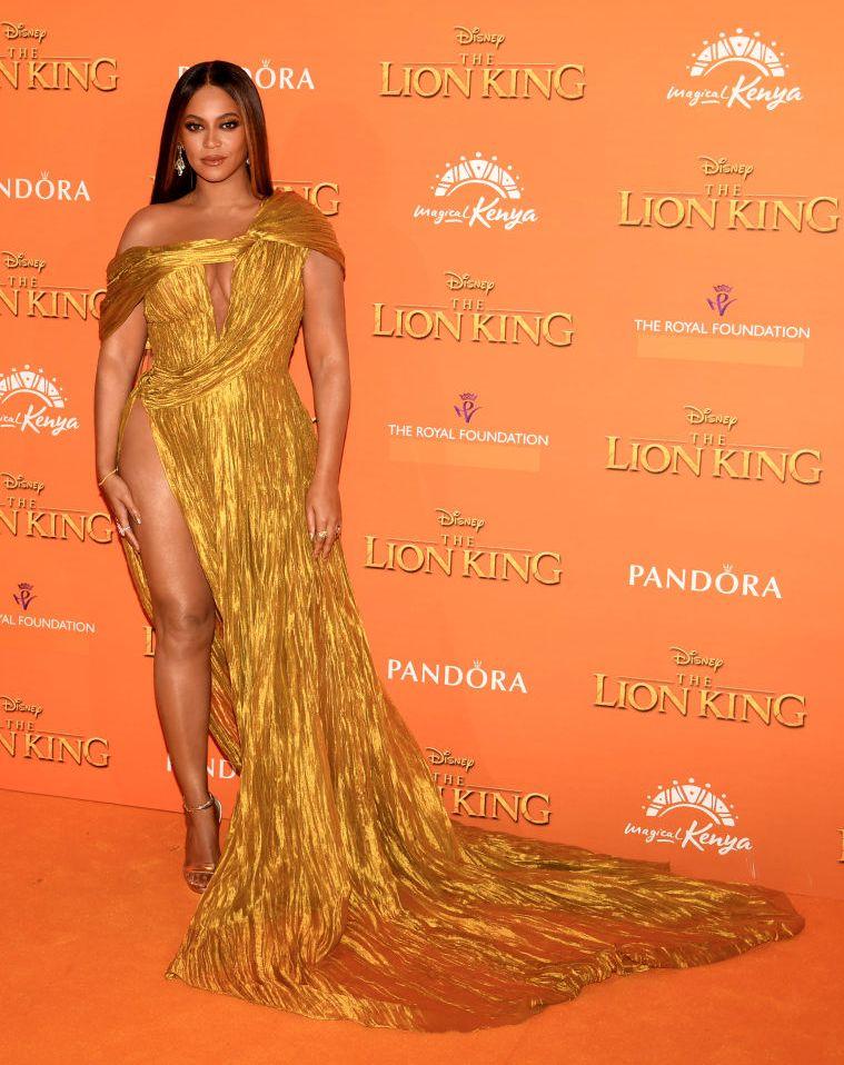 """На европейската му премиера, която се състоя в английската столица Лондон, певицата беше със """"златна"""" рокля, която беше в тон с жълтия килим."""