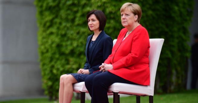 Германската канцлерка отново остана седнала при изпълнението на национални химни