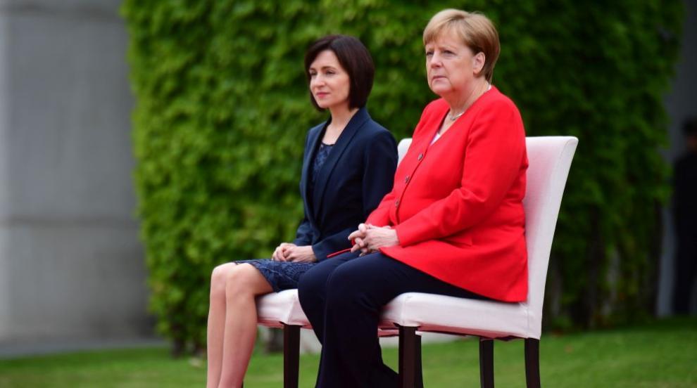 Меркел отново седнала на церемония в Германия (СНИМКИ/ВИДЕО)