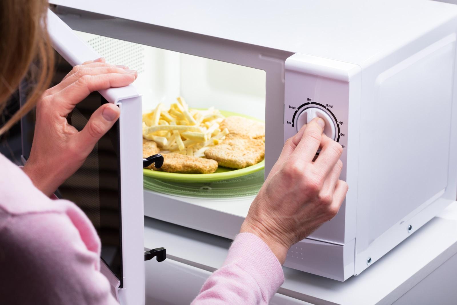 <p>Чинийката в микровълновата не се върти</p>  <p>Много често това се случва и остава незабелязано дълго време, защото на пръв поглед уредът работи и не разбирате, че има някакъв проблем. Ако чинийката не се върти, не може да подгреете храната си добре. Първо проверете дали под чинийката няма остатъци от храна, които ѝ пречат да бъде на мястото си. Ако не, потърсете резервни части в зависимост от модела на микровълновата.&nbsp;&nbsp;</p>