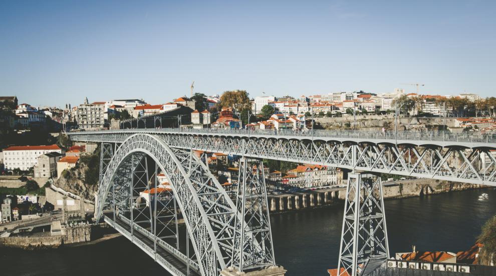 Пияно голо момиче скочи от 45-метров мост в Португалия (ВИДЕО)
