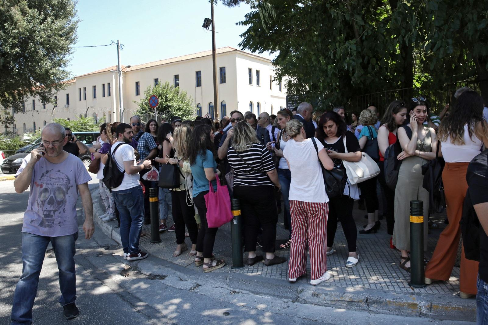 <p>Хиляди паникьосани хора излязоха на улиците в столицата на страната,&nbsp;посочва гръцката телевизия ЕРТ, цитирана от ДПА. Гръцката телевизия Скай съобщава, че с цел превенция гръцките власти са започнали да евакуират сградите на държавните институции, търговски центрове и много други високи здания в Атина.</p>