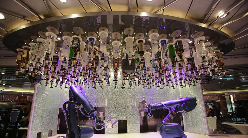 Робот прави коктейли в клуб в Прага