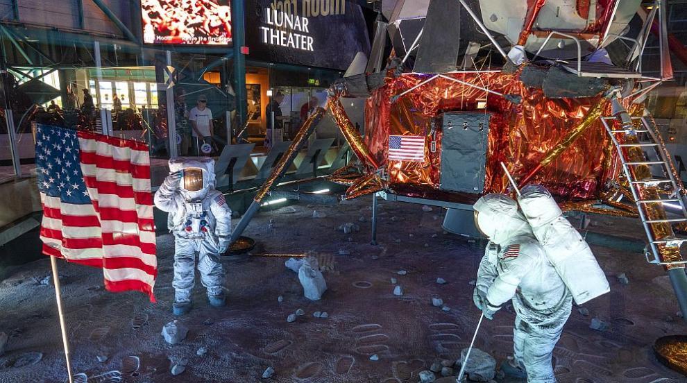 САЩ отбелязаха емоционално 50 години от стъпването на човек на Луната...