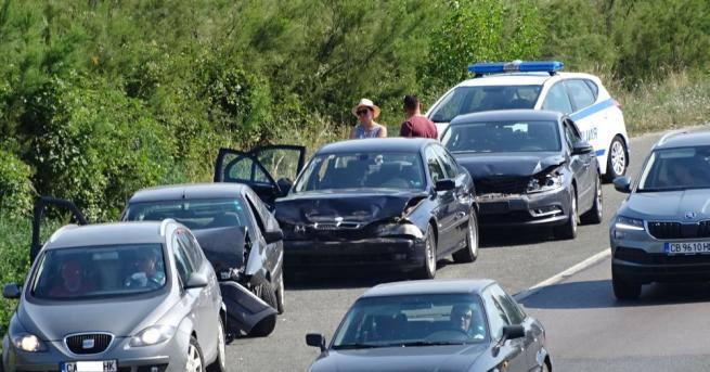 Верижна катастрофа между четири автомобила затрудни движениетоза над час главен