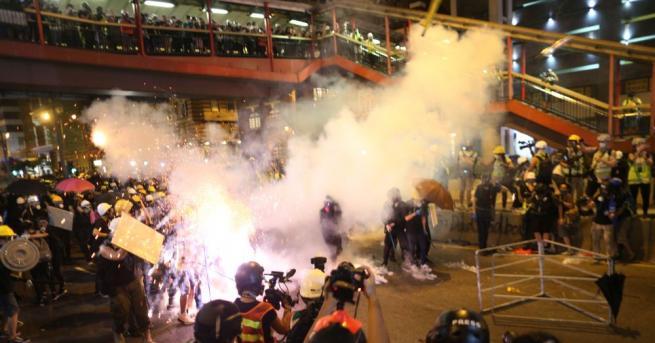Хиляди протестиращи се събраха в района Юен Лун на Хонконг,