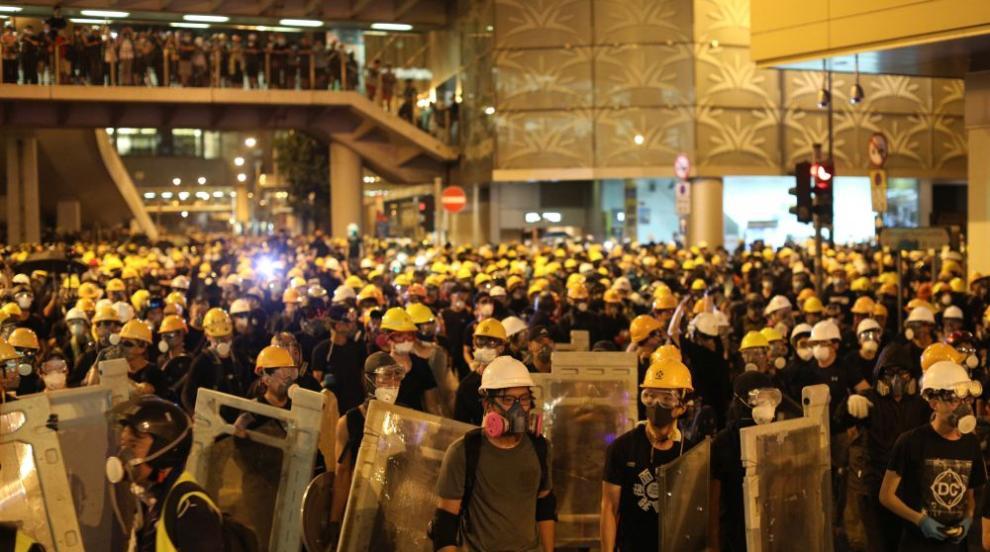 Летят гумени куршуми срещу демонстранти в Хонконг (СНИМКИ)