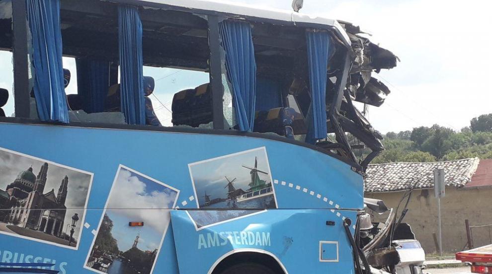 Автобус с деца се блъсна в аварирал камион
