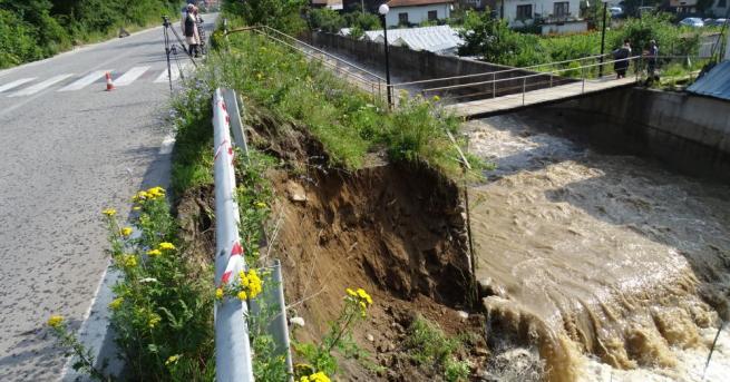 Пороен дъжд и придошла река подкопаха пътя Велинград-Якоруда.Инцидента стана около