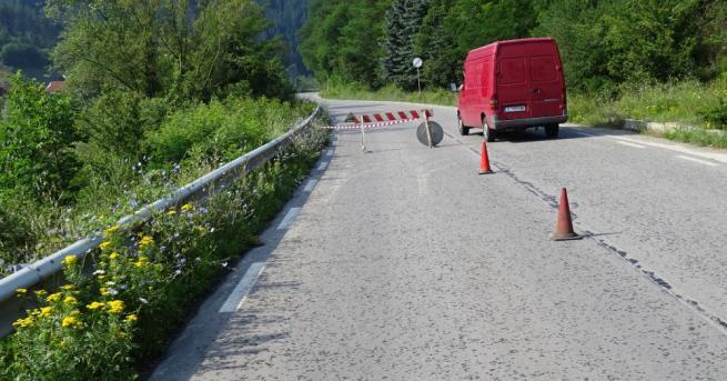 Снимка: Внимание, шофьори: Пропаднал участък в Габровско затруднява движението